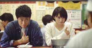 ザチャーハンCM女優・妹役の木崎ゆりあがお似合いで可愛い|小栗旬との兄妹タッグが揃って「グッド」ポーズを披露。