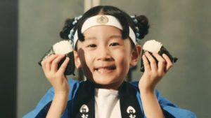 ローソン金しゃりCM子役の荘司恵美理が可愛いと話題に|最新金しゃりおにぎりを可愛くPR。