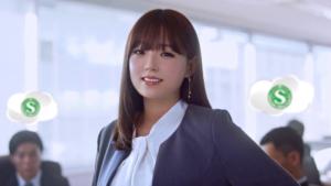 サテライトオフィスCM女優の篠崎愛が可愛すぎる|メガネスーツ姿が可愛いと話題に。